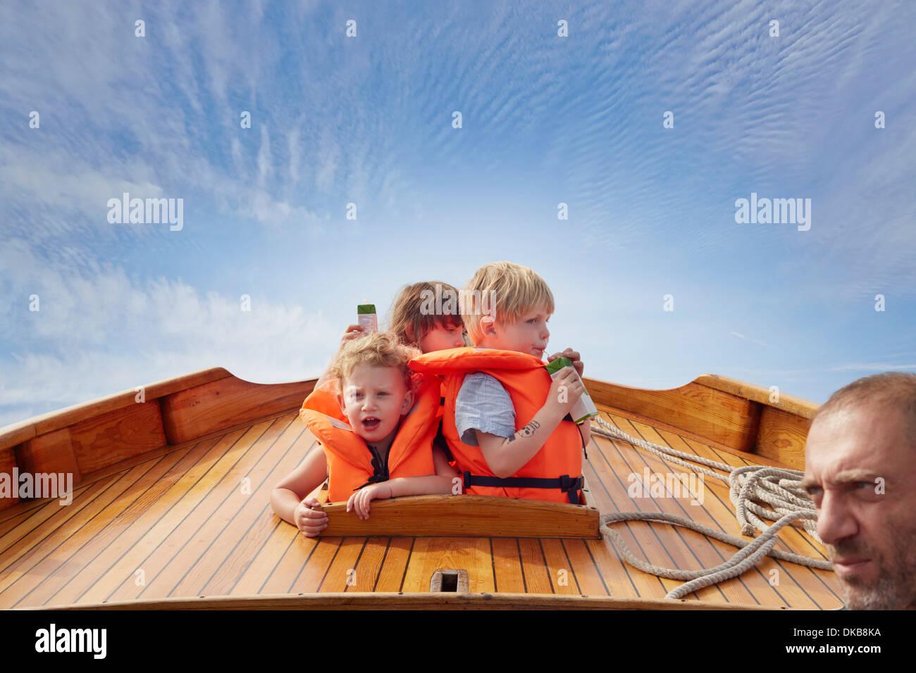 Bambini indossare giubbotti di salvataggio sulla barca, Eggergrund, Svezia Immagini Stock