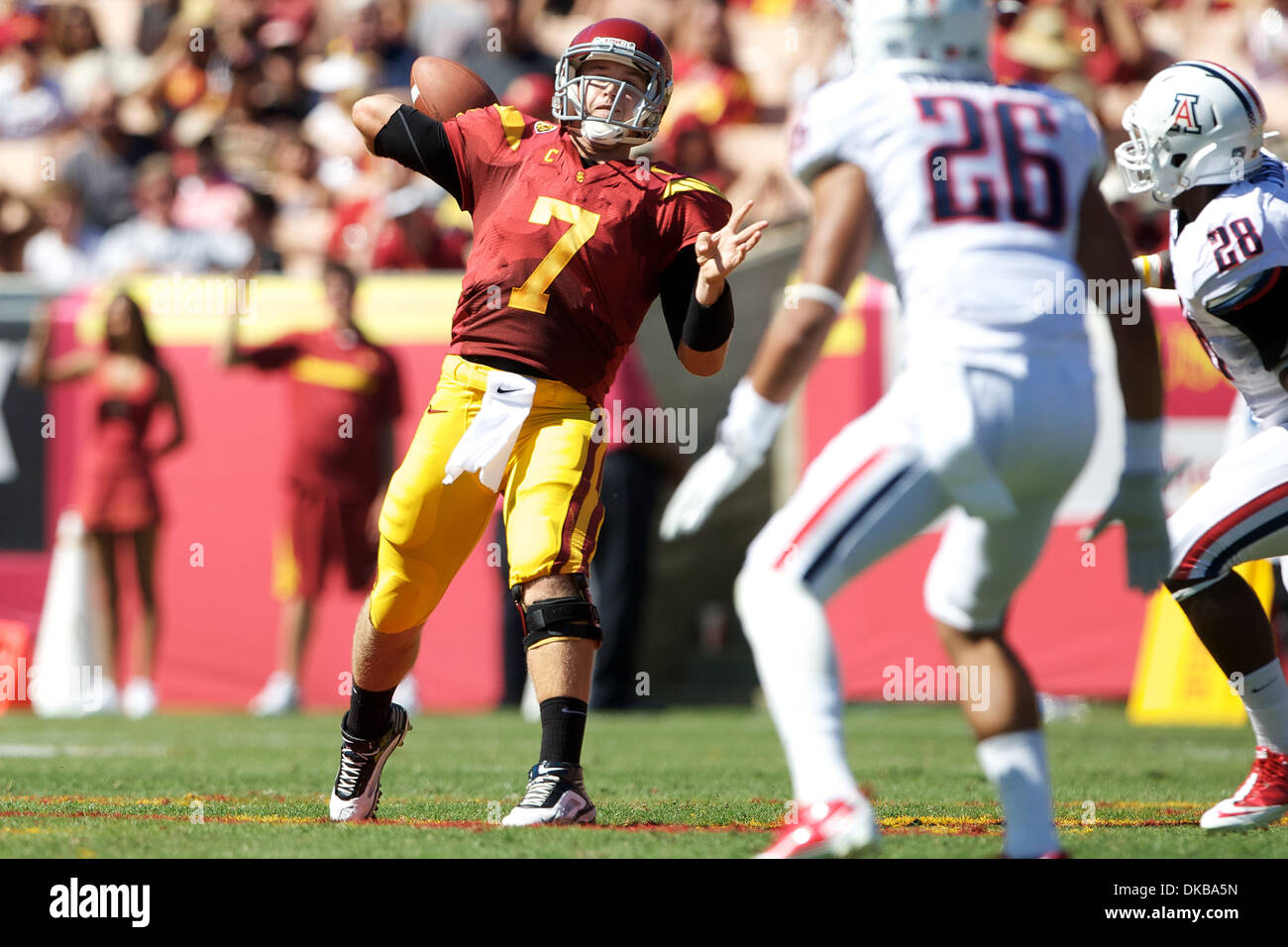 1 ottobre, 2011 - Los Angeles, California, Stati Uniti d'America - Quarterback Matt Barkley (7), dell'USC Trojans scende di nuovo a passare nel secondo trimestre, durante una Pac-12 match up tra la visita in Arizona Wildcats e la University of Southern California Trojans presso il Los Angeles Memorial Coliseum di Los Angeles, California. Il Trojan sconfitto Wildcats 48-41 per impr Immagini Stock