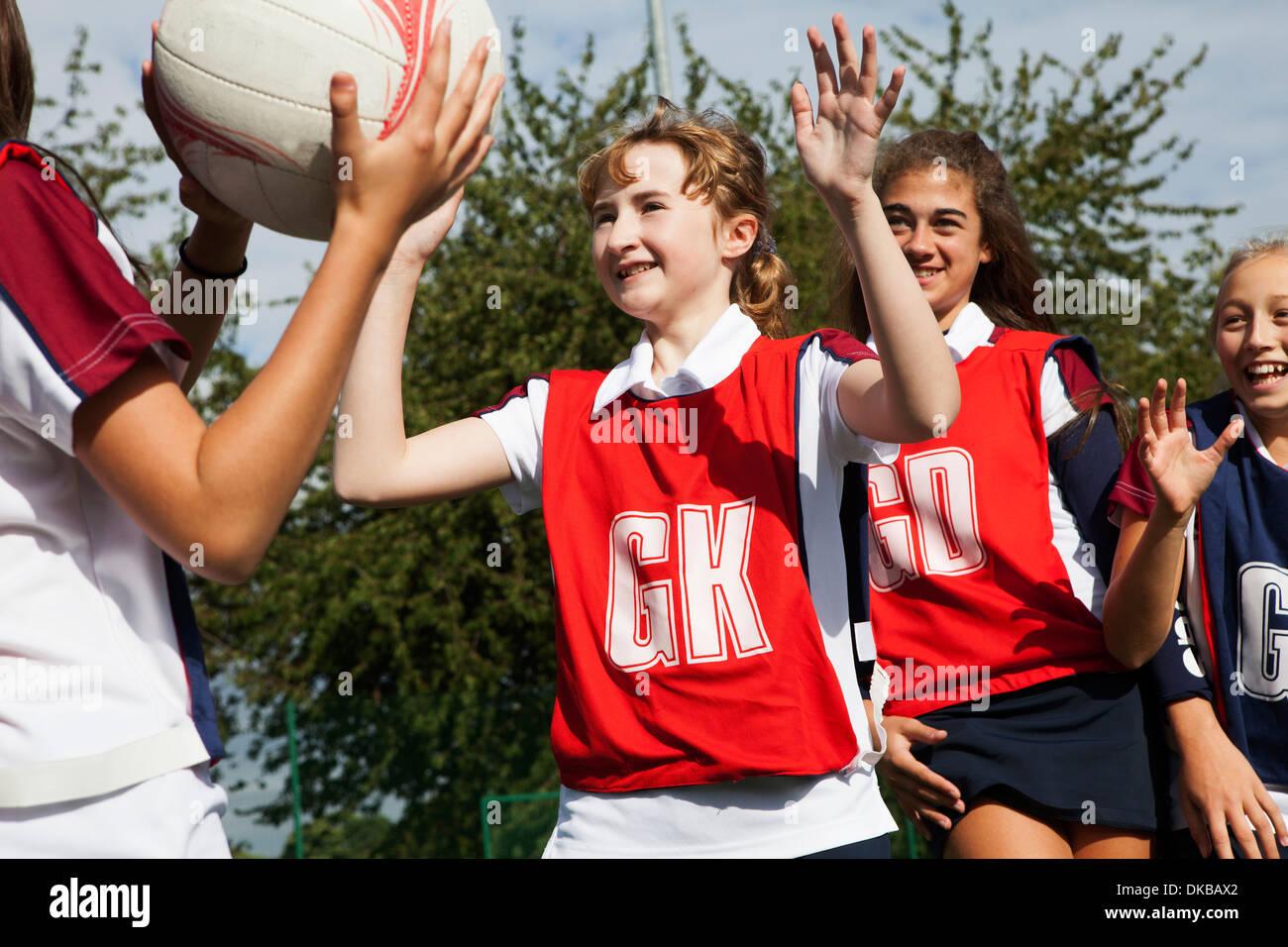 Schoolgirl netball difendendo i giocatori Immagini Stock