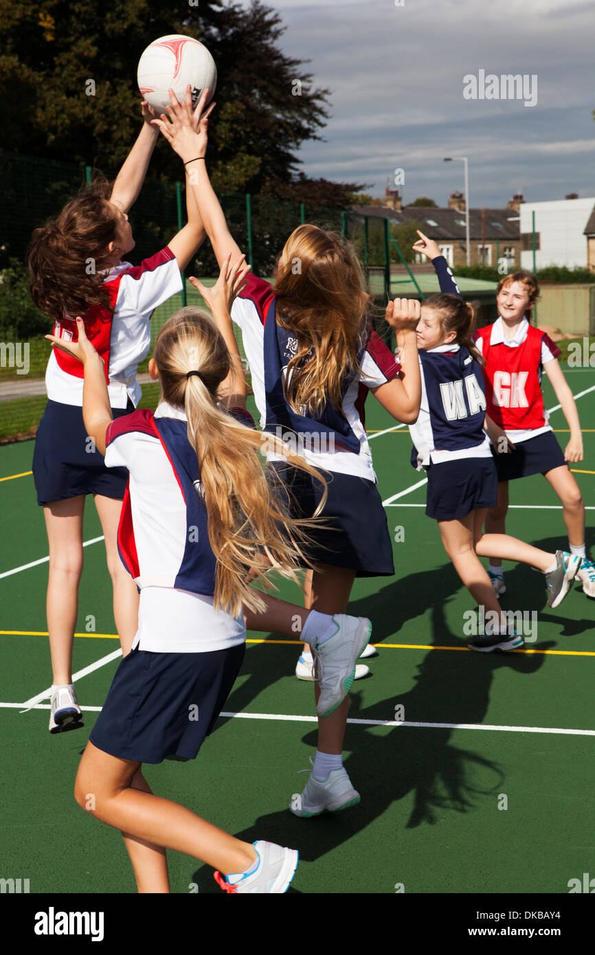 Teenage schoolgirl netball team in pratica Immagini Stock
