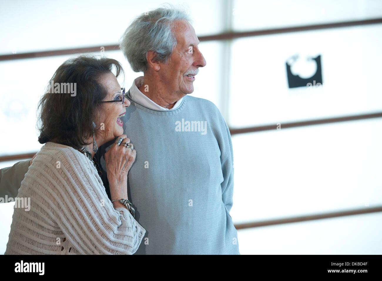 "Claudia Cardinale e Jean Rochefort "" El artista y la modelo' photocall al Kursaal Palace durante il sessantesimo San Sebastian Immagini Stock"
