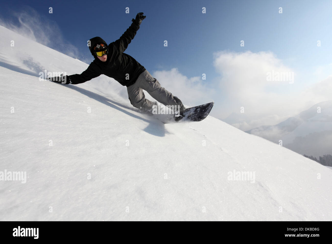 Snowboarder andando giù la montagna Immagini Stock