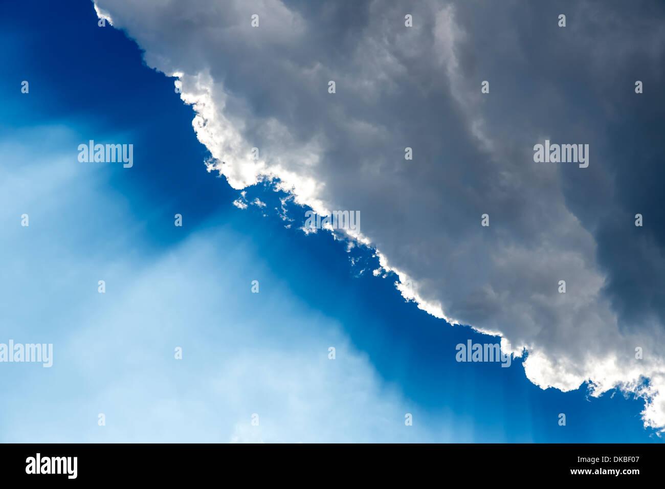 Cloud computing con i raggi di sole contro il cielo blu Foto Stock
