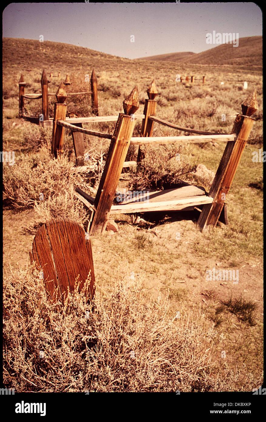 Una lapide in legno e il CIMITERO DI BODIE State Historical Park. BODIE è una delle meglio conservate città fantasma... 543122 Immagini Stock