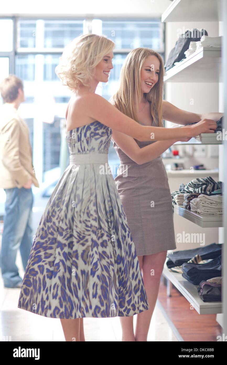 Giovani donne shopping Immagini Stock