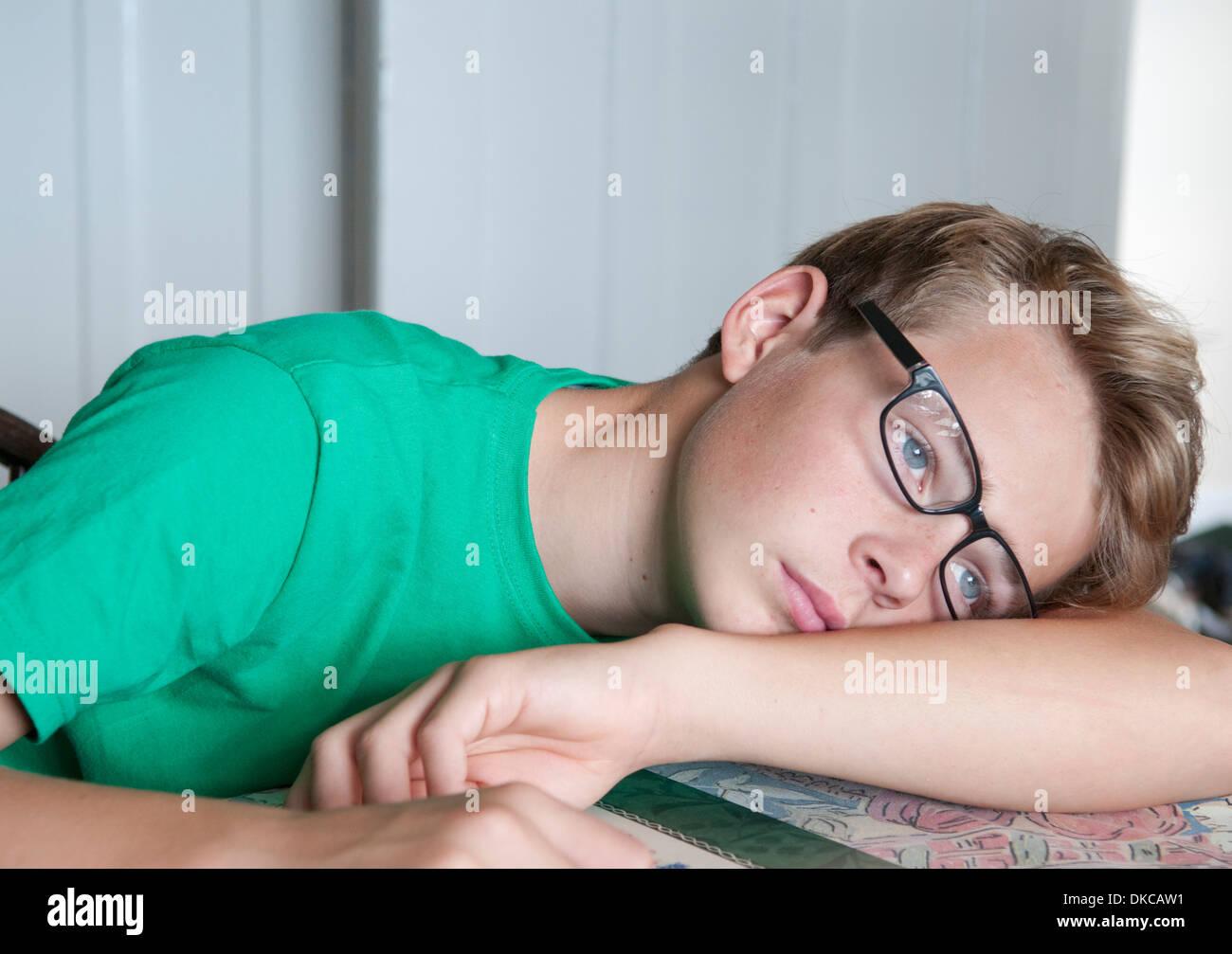 Ritratto di ragazzo adolescente guardando annoiato Foto Stock
