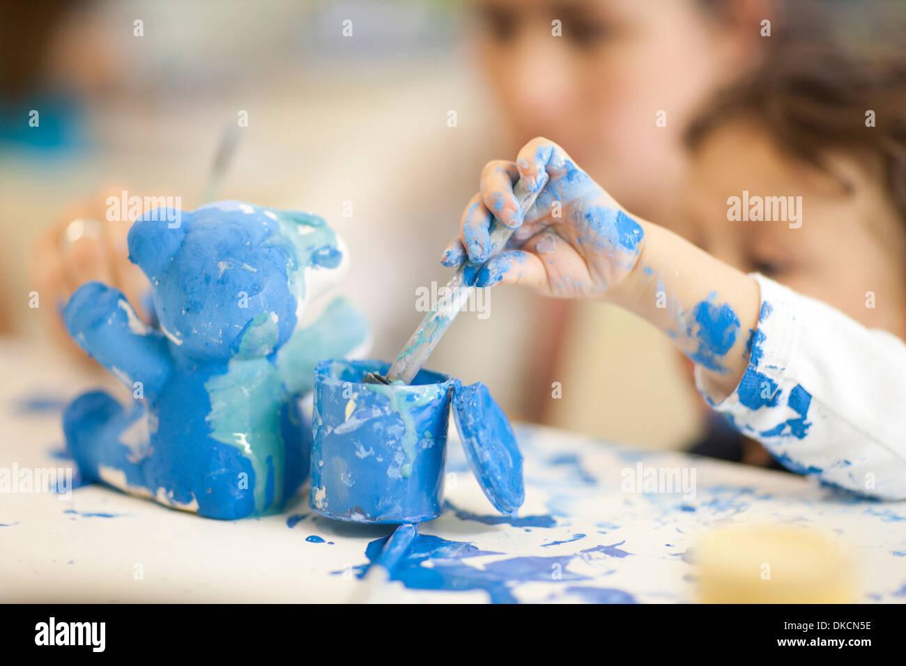 Bambino gioca con acquerello in classe Immagini Stock