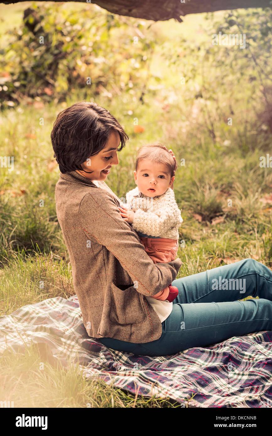 La madre e il bambino godendo park Immagini Stock