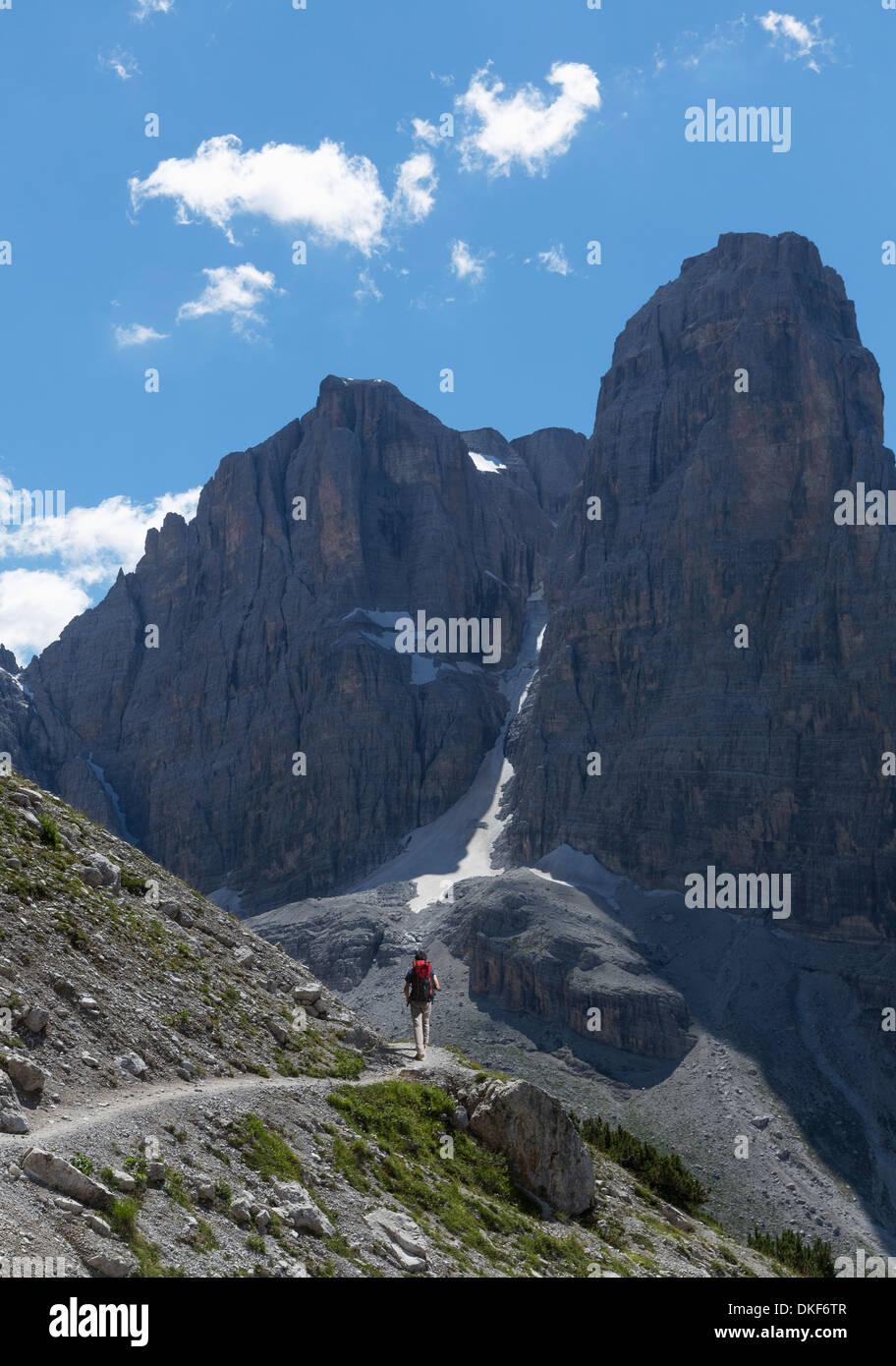 Scalatore avvicinando picco roccioso, Dolomiti di Brenta, Italia Immagini Stock