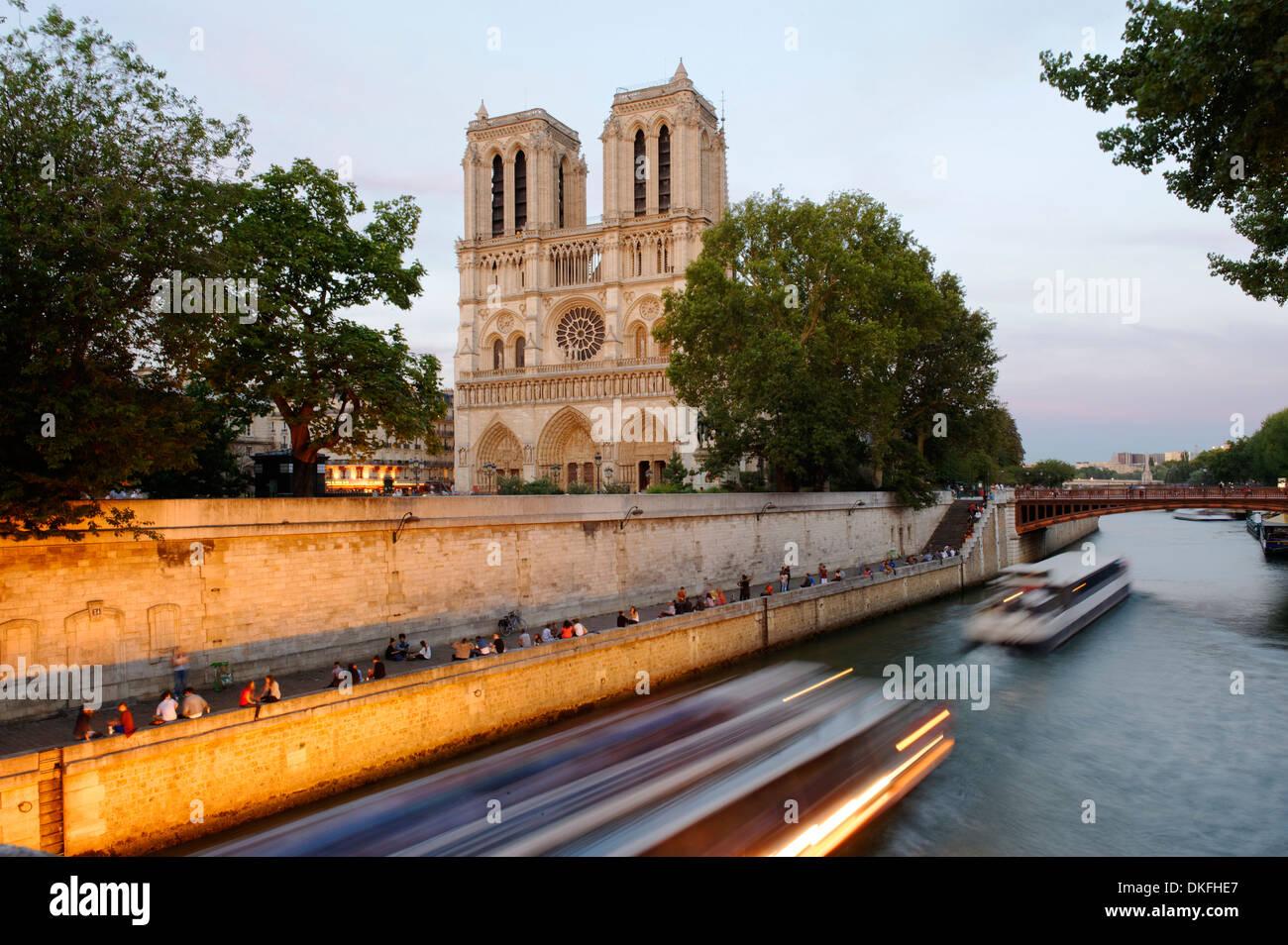 Cattedrale di Notre-dame de Paris in ultima luce della sera, sull'Île de la Cité e la Senna, Parigi, Ile-de-France, Francia Foto Stock
