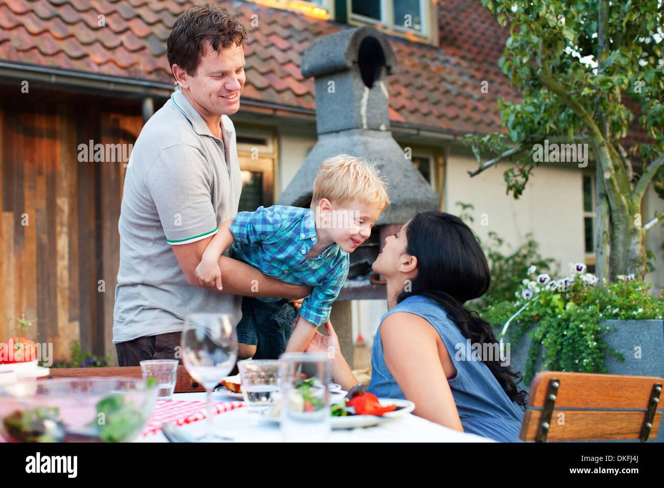 Famiglia avente la cena in giardino Immagini Stock