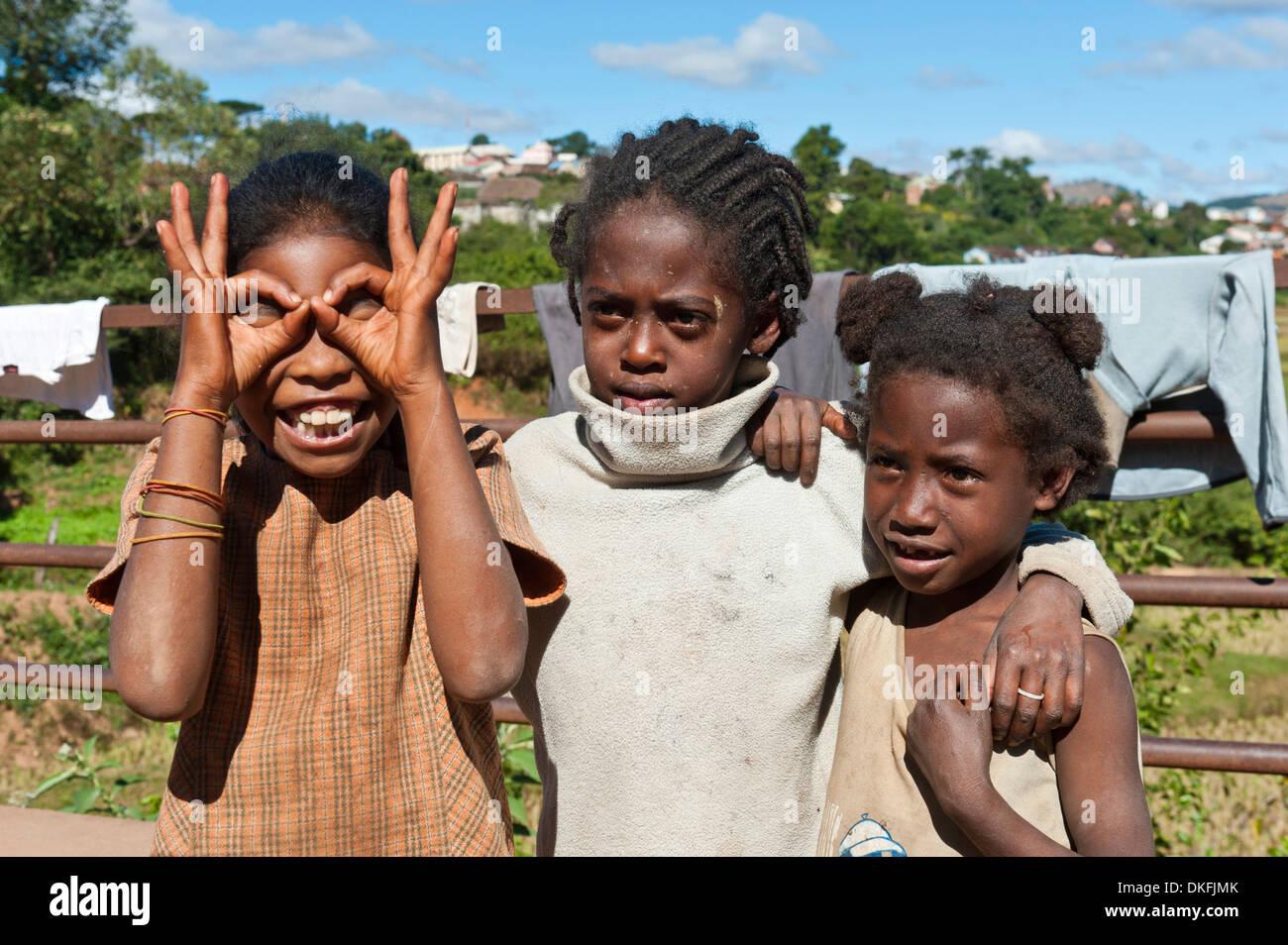 Le ragazze del popolo Betsileo, rendendo volti, Ambositra, Madagascar Immagini Stock
