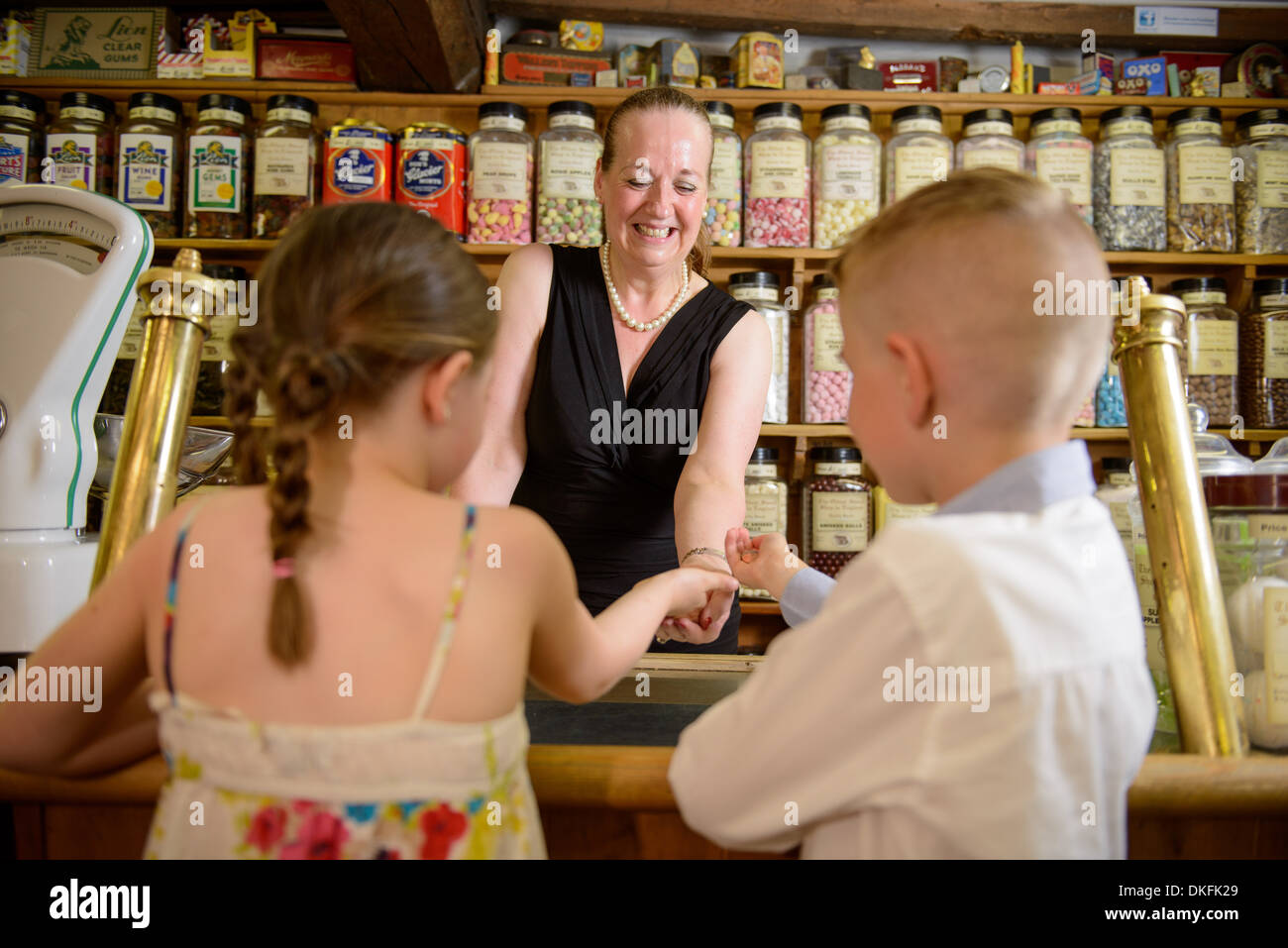 Bambini i dolci di acquisto dal tradizionale negozio di dolci Immagini Stock