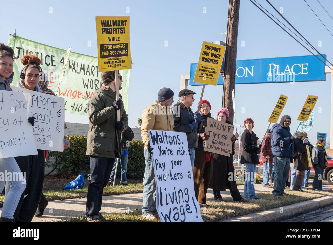 Venerdì nero anti-Walmart protesta, supporto di salari, Towson, Maryland Baltimore County. Immagini Stock