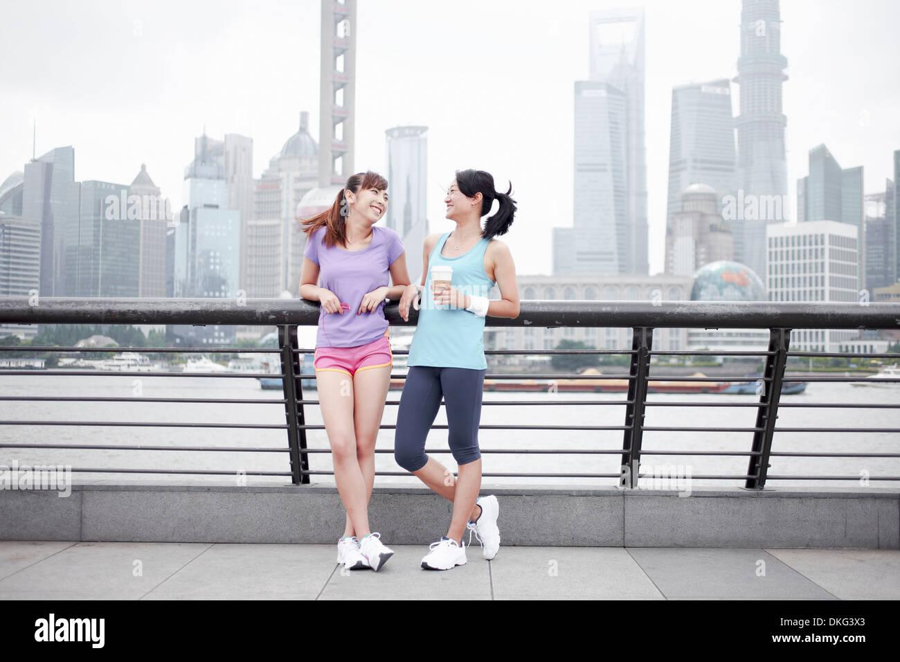 Amici di sesso femminile sul ponte a Shanghai in Cina Immagini Stock