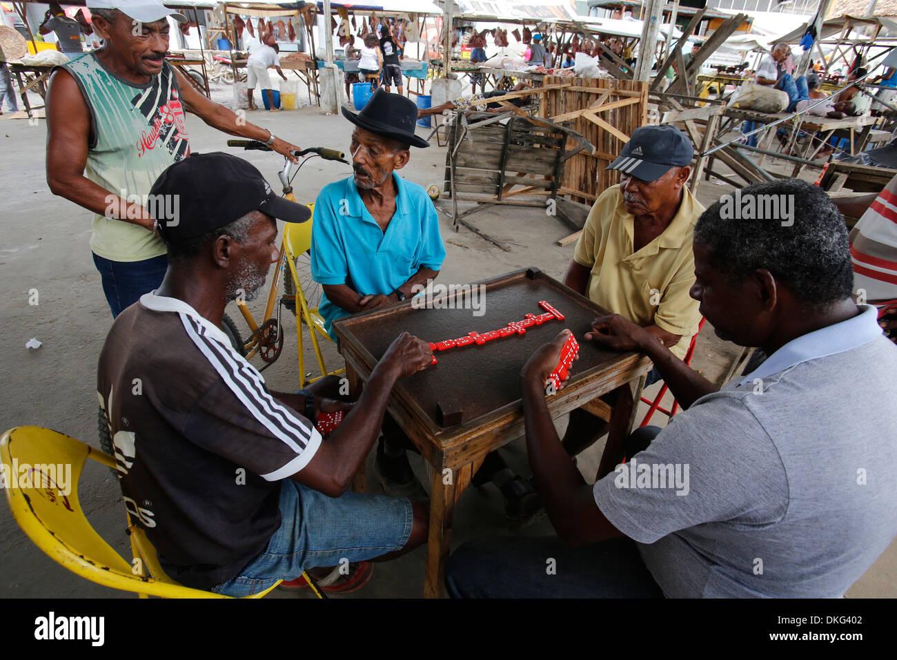 Giocatori di domino a Santo Amaro, Bahia, Brasile, Sud America Immagini Stock