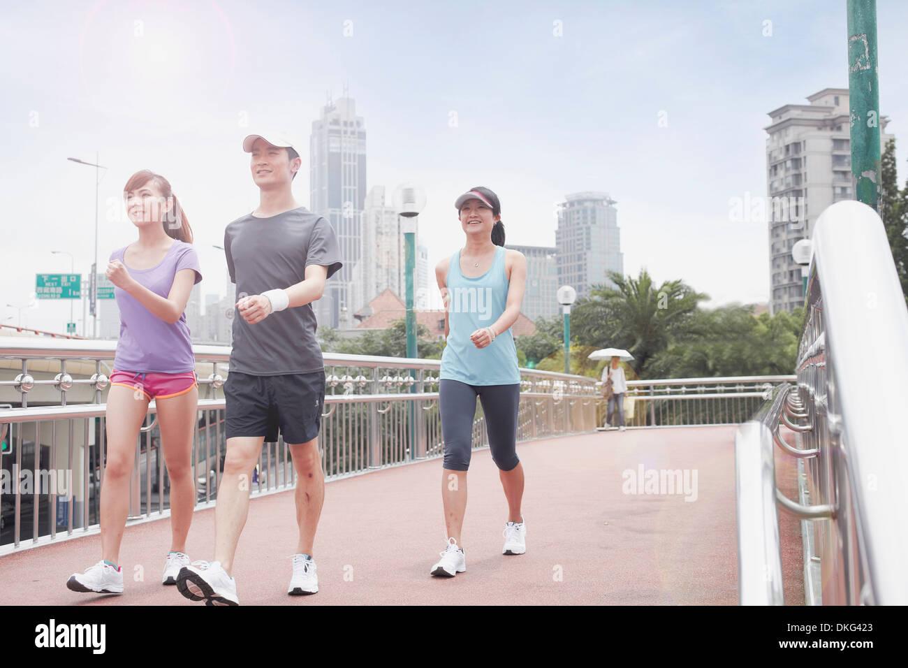 I giovani a piedi a Shanghai in Cina Immagini Stock