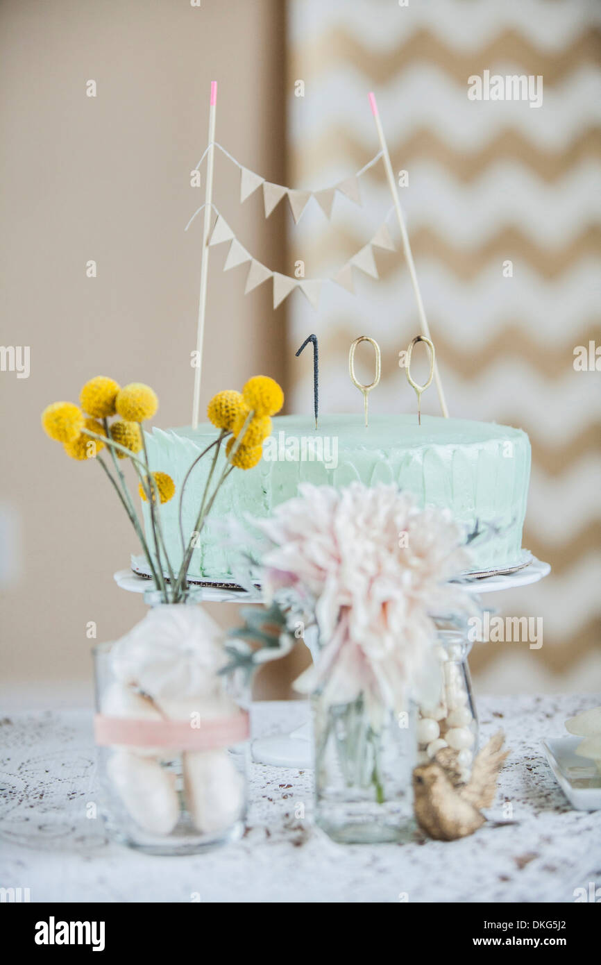 Ancora in vita di celebrazione torta con fiori e decorazioni Immagini Stock