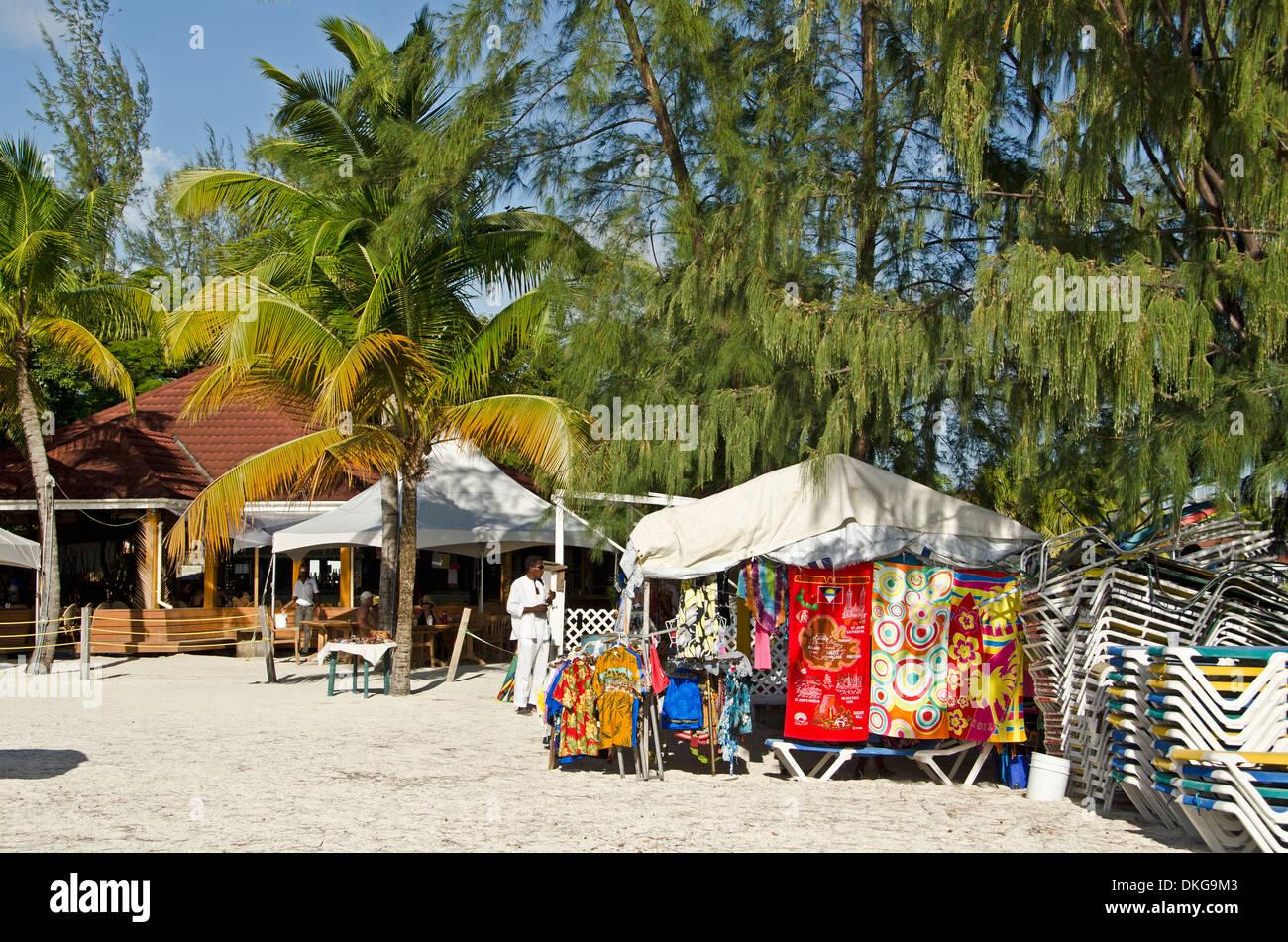 Pressione di stallo di mercato presso la spiaggia, il Jolly Beach, Antigua, Piccole Antille, Caraibi, America Immagini Stock