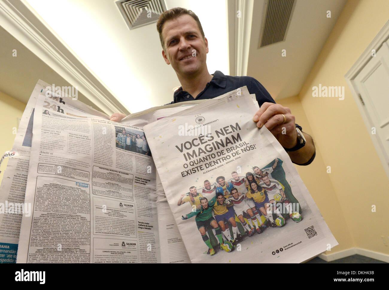 Il team manager della nazionale tedesca della squadra di calcio, Oliver Bierhoff, detiene un quotidiano brasiliano nelle sue mani che dispone di un annuncio pubblicitario del DFB, il calcio tedesco federazione, in Costa do Sauipe, Brasile, 5 dicembre 2013. La DFB team è stata la pubblicazione di annunci pubblicitari in diversi giornali brasiliano per riflettere il loro allegro previsione per la prossima Coppa del Mondo in Brasile 2014. Il messaggio recita: Vocês imaginam nem o quanto de Brasil existe dentro de nós! (Lit. Non è possibile l'immagine quanto il Brasile è in noi). Foto: Marcus Brandt/dpa Immagini Stock