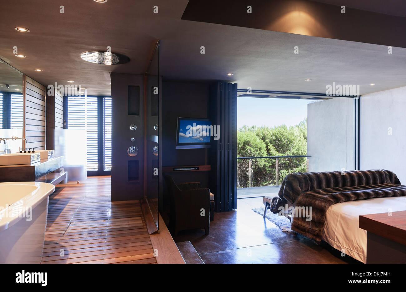 Bagno In Camera Con Vetrata : Con pareti di vetro che separano la camera da letto matrimoniale e