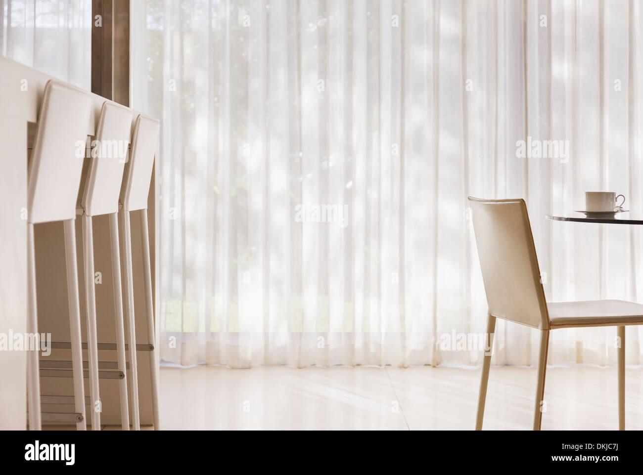 Tavolo da cucina e bar per la colazione nella cucina moderna Foto ...