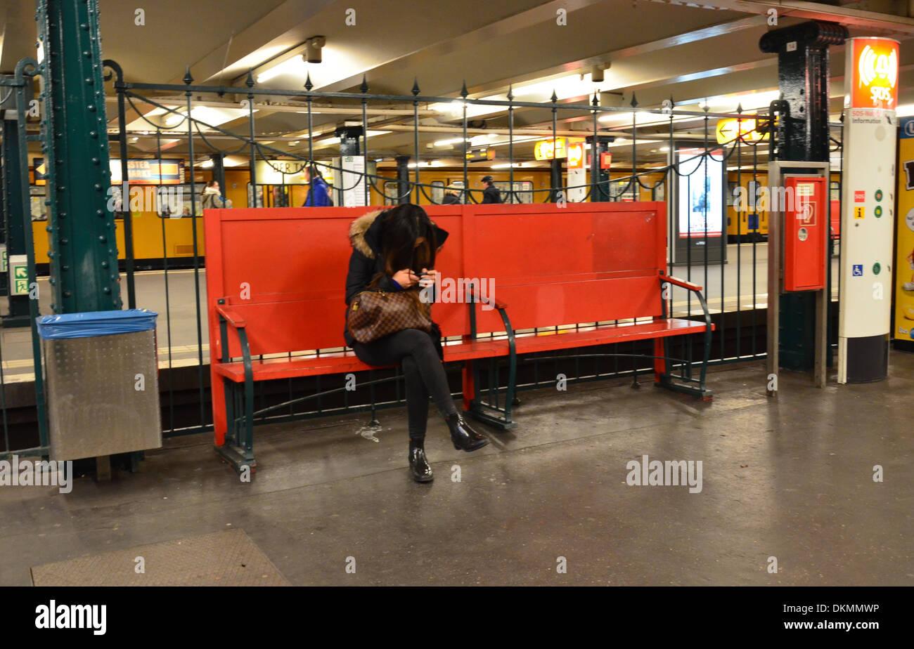 Berlino stazione della metropolitana, giovane donna con i-phone Immagini Stock