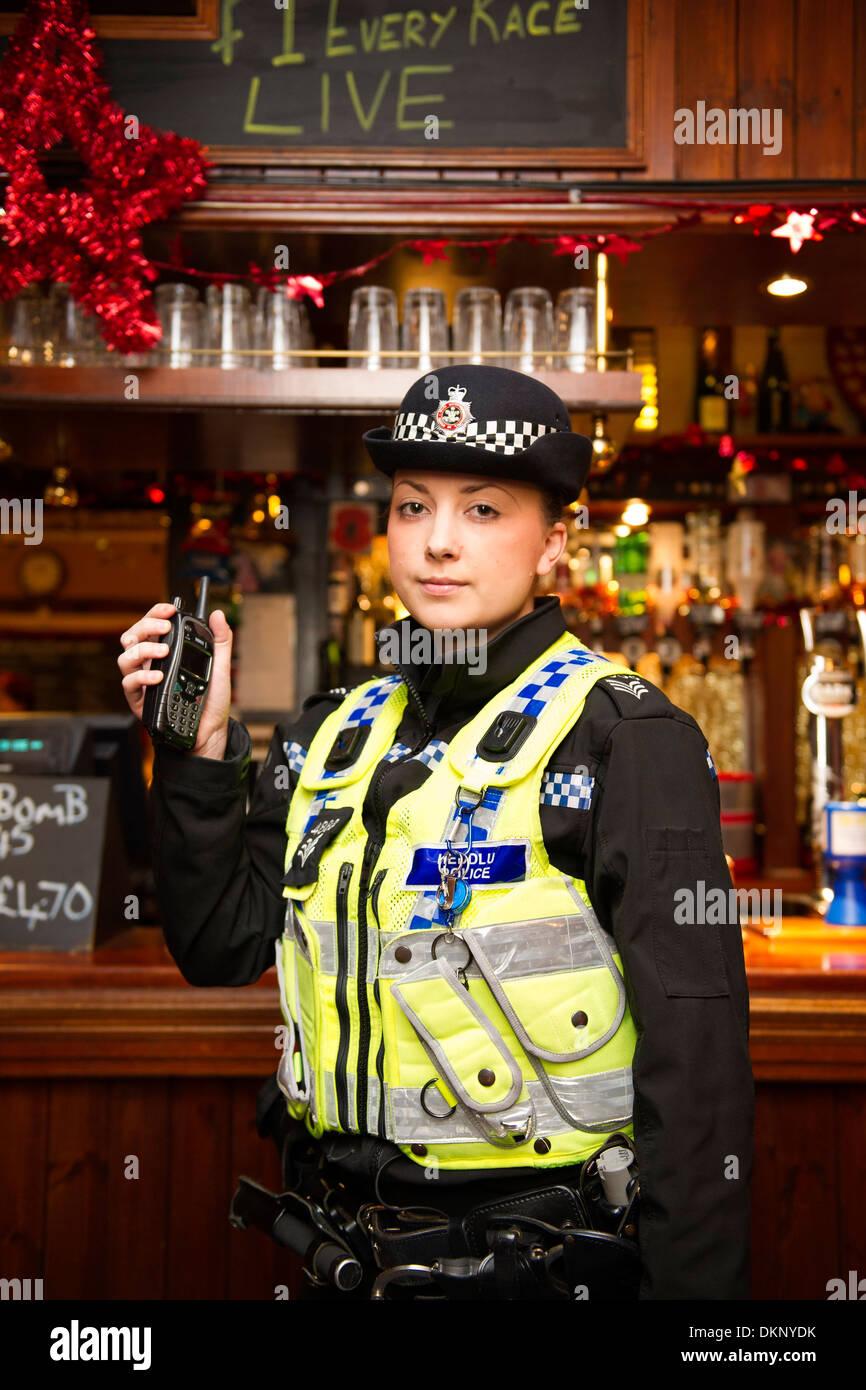 Un funzionario di polizia in un pub. Immagini Stock