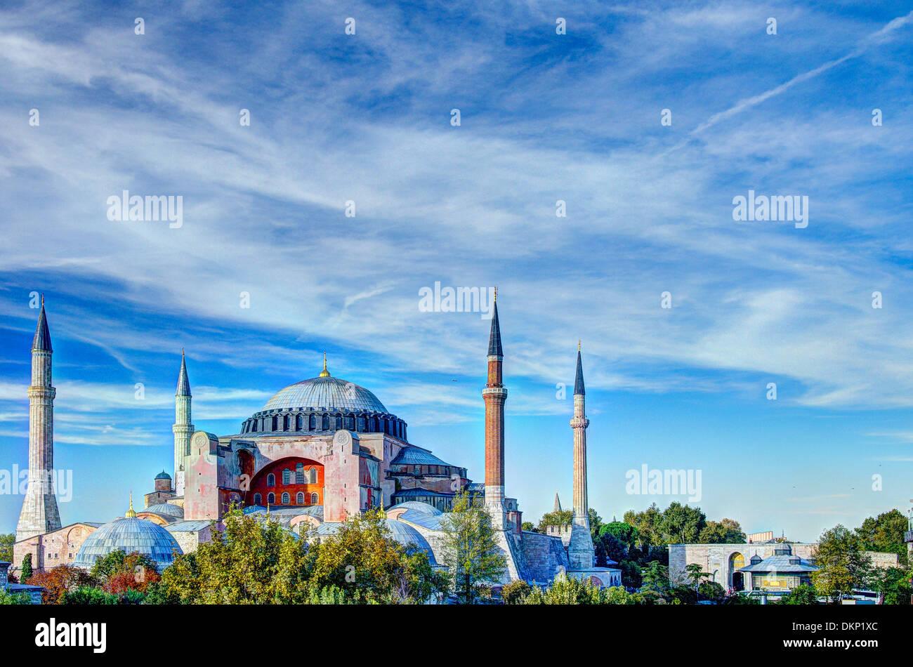 Haghia Sophia (Aya Sofia) fotografati contro un cielo blu ed elaborati per una gamma dinamica di alta qualità. Immagini Stock