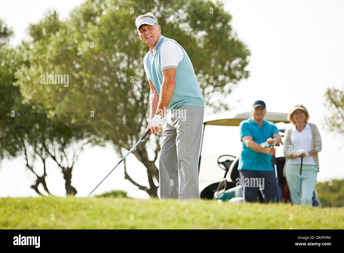 Senior amici giocando a golf Immagini Stock
