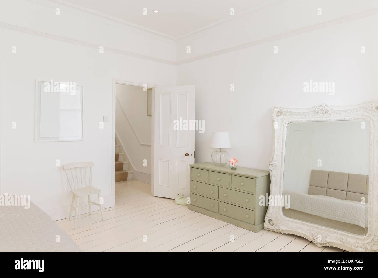 Specchio e comò in camera da letto Foto & Immagine Stock: 63805450 ...