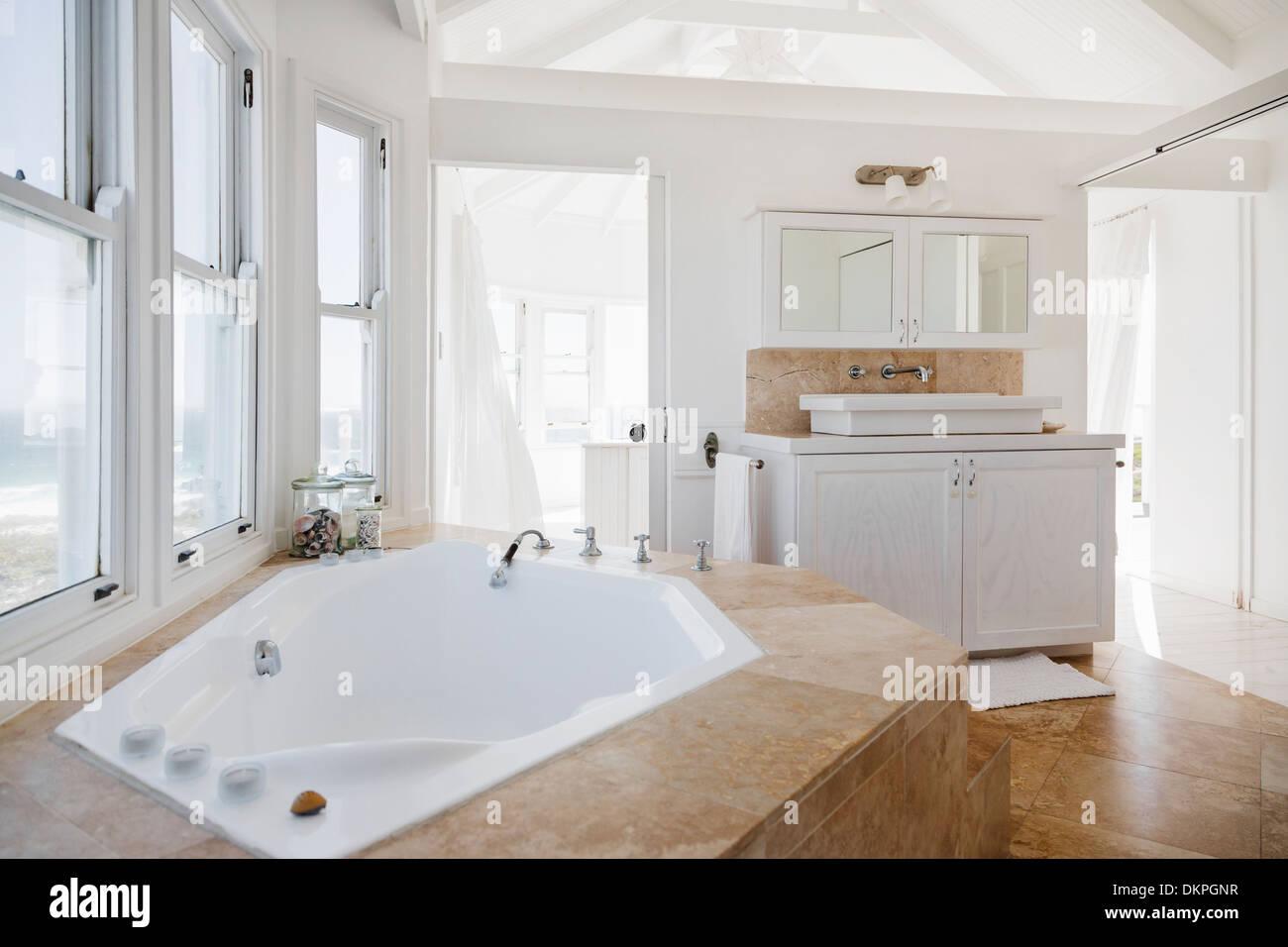 Bagni Di Lusso In Muratura : La vasca idromassaggio in bagno di lusso foto immagine stock