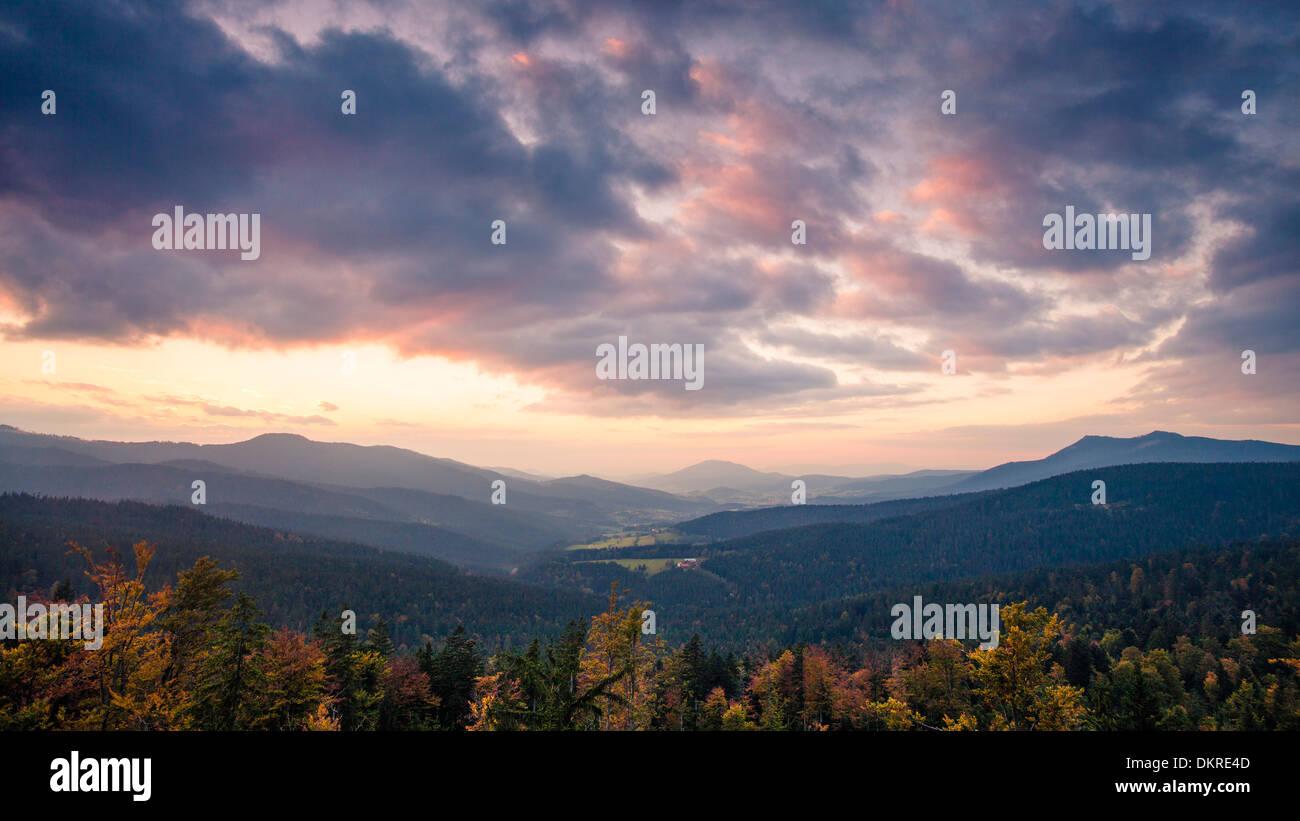 Vista dalla montagna su Hindenburgkanzel a Lamer Winkel valley al tramonto, Foresta Bavarese, Baviera, Germania Immagini Stock