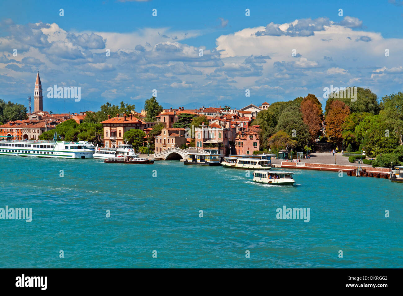 Europa Italia Veneto Venezia Riva dei Sette Martiri lungomare fronte casa molo ponte Giardini tipico edificio di Foto Stock