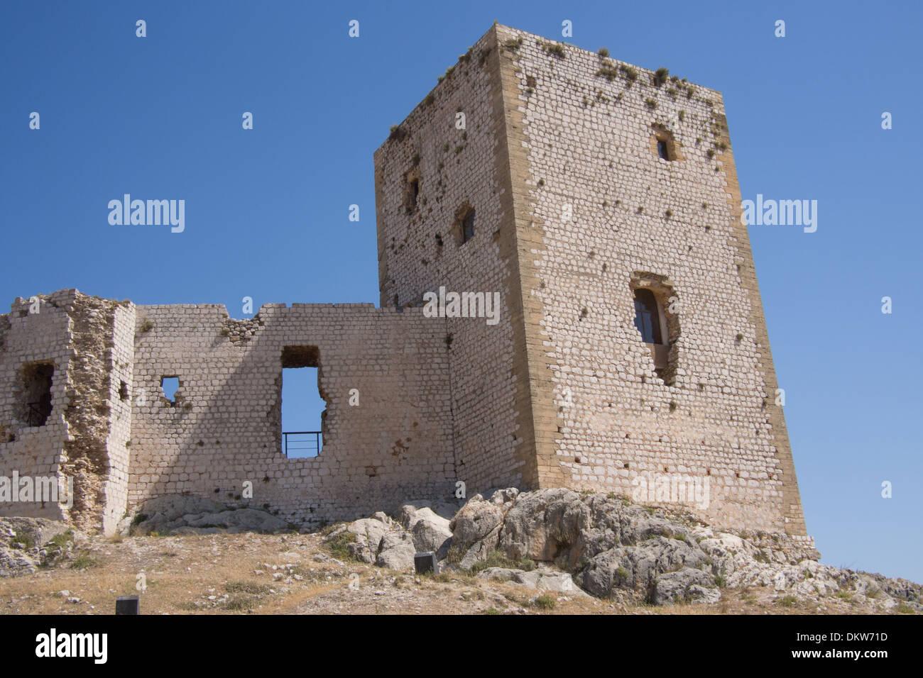 Le rovine del castello a Teba, uno dei villaggi bianchi (Pueblos Blancos) di Andalusia, Spagna. Immagini Stock