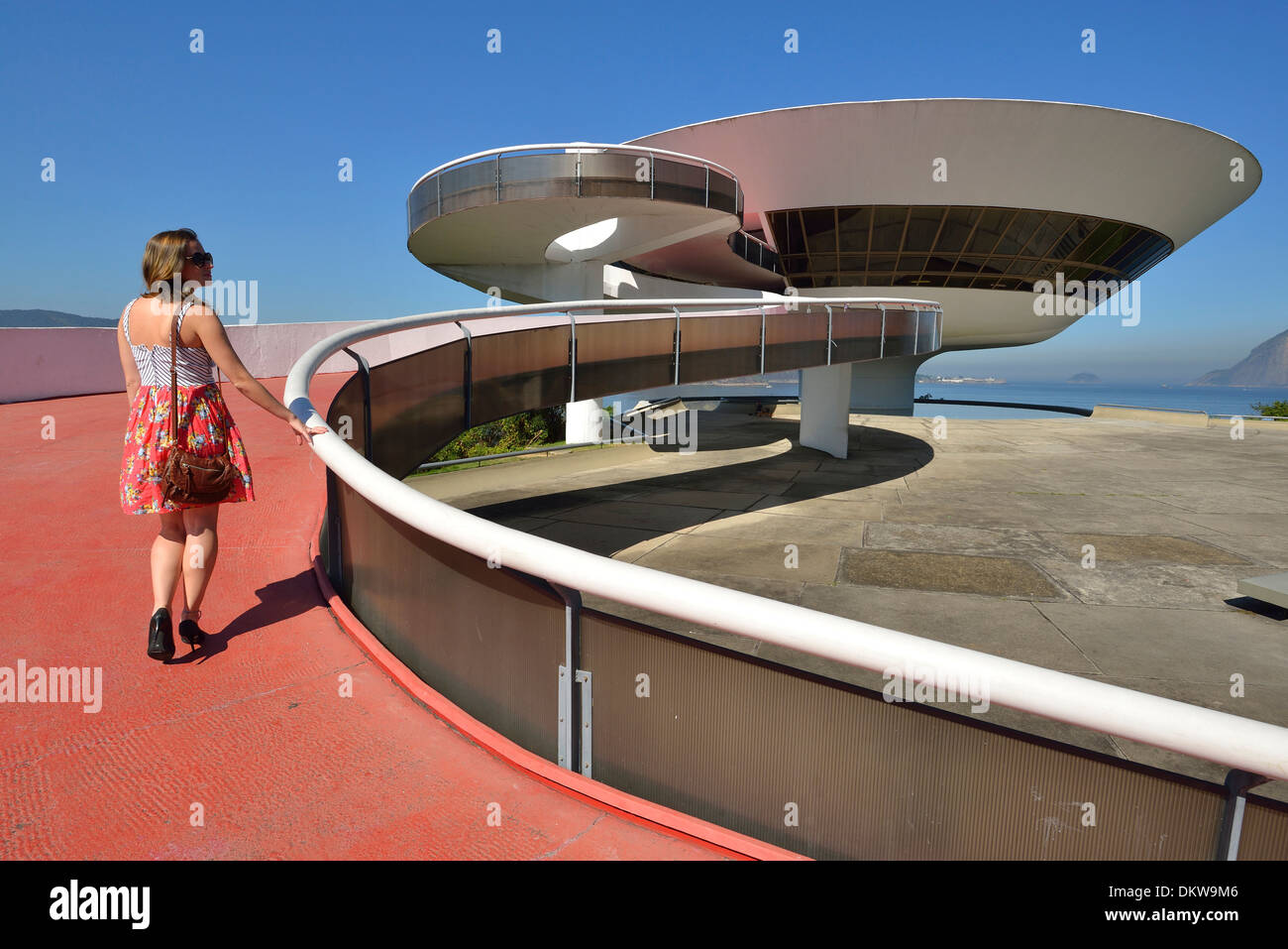 America del Sud America Latina Brasile Rio Rio de Janeiro città MAC Rio Niteroi Oscar Niemeyer Baia de Guanabara calcestruzzo Immagini Stock