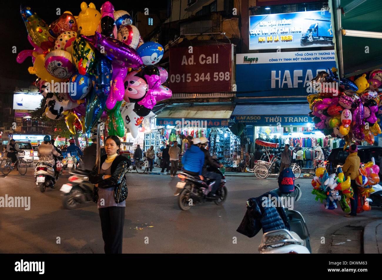 Natale in Hanoi Vietnam palloncini venditore di notte Foto