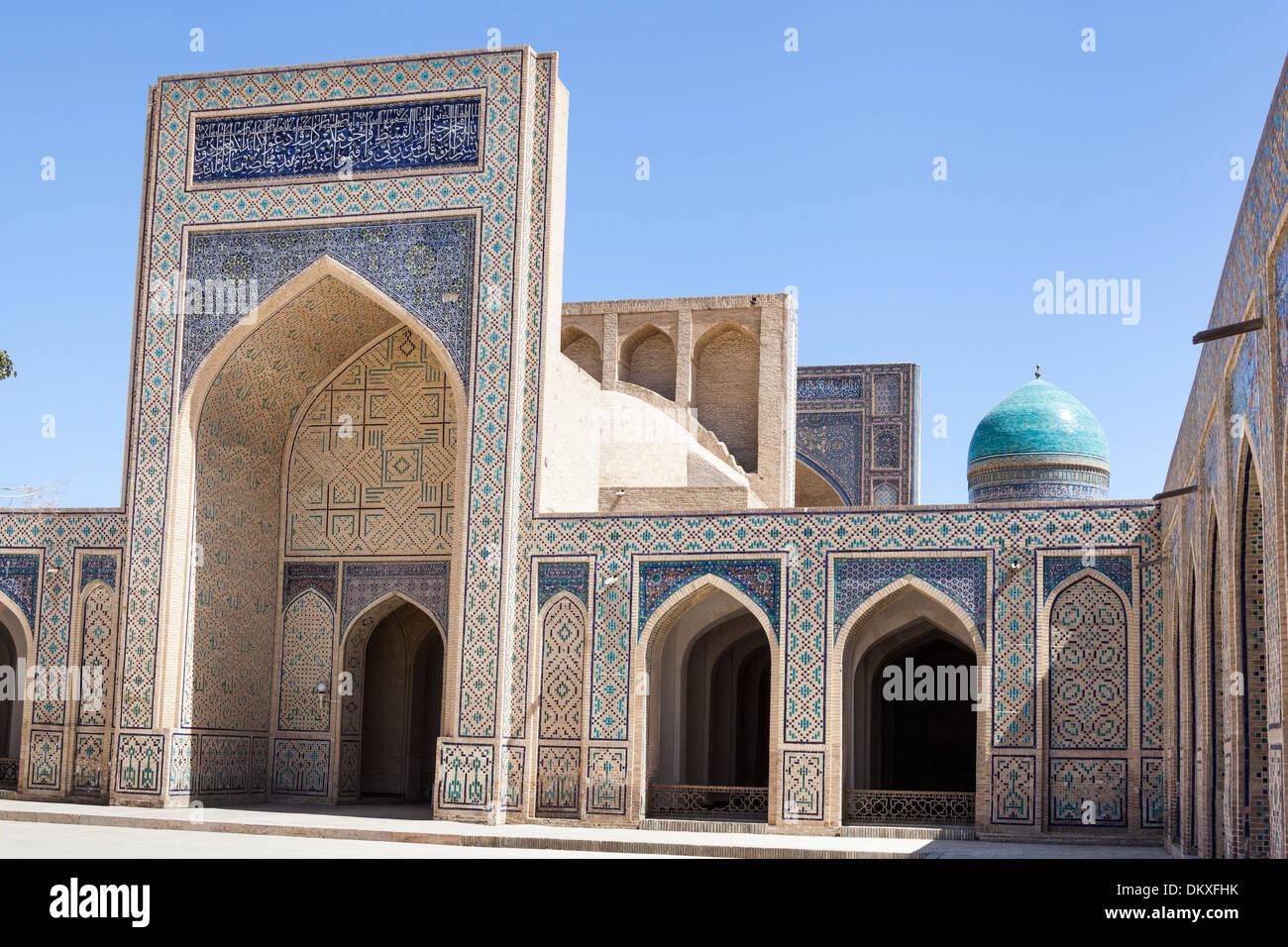 Architettura islamica in cortile, la Moschea Kalon, (Kalyan Moschea), dome di Mir mi Madrasah araba, Bukhara, Uzbekistan Immagini Stock