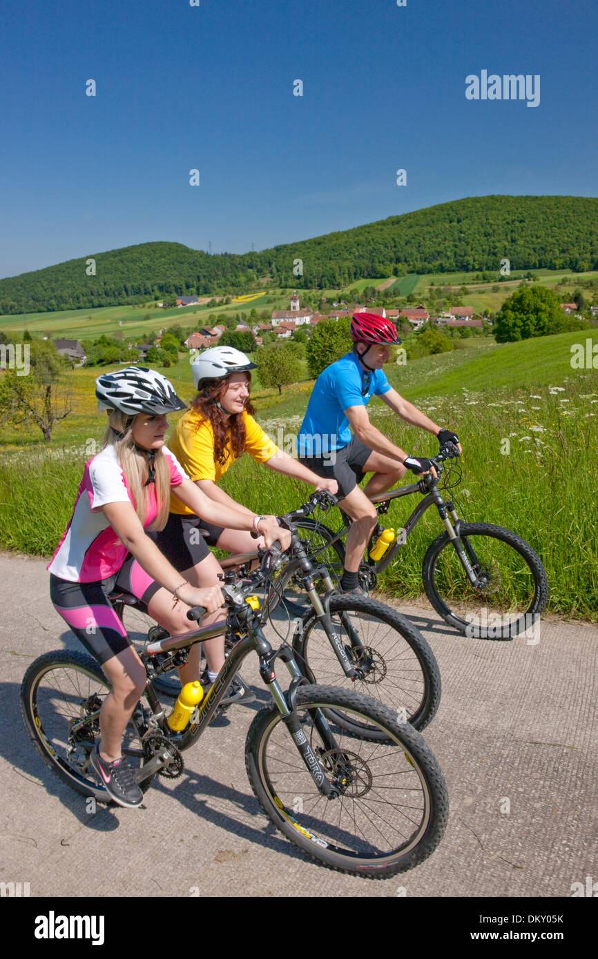 Svizzera Europa canton Giura JU Chamoille gruppo tre Lucelle mountain bike bike bicicletta ruota di bicicletta equitazione biciclette un Immagini Stock
