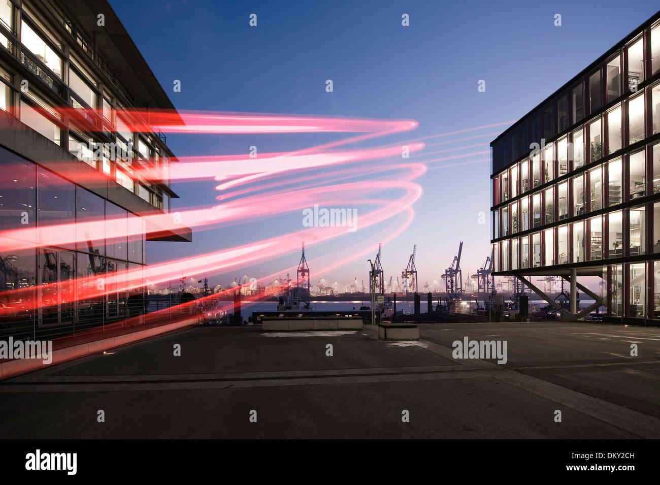 Neumühlen, moderni edifici per uffici, porto di gru di sera, Amburgo, Germania, Europa Immagini Stock