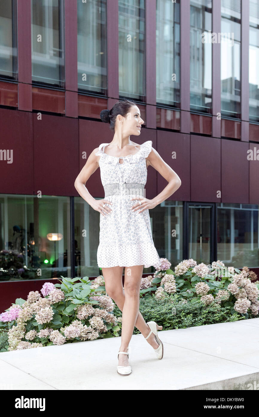 Giovane donna, abiti estivi, HafenCity di Amburgo, Germania Immagini Stock