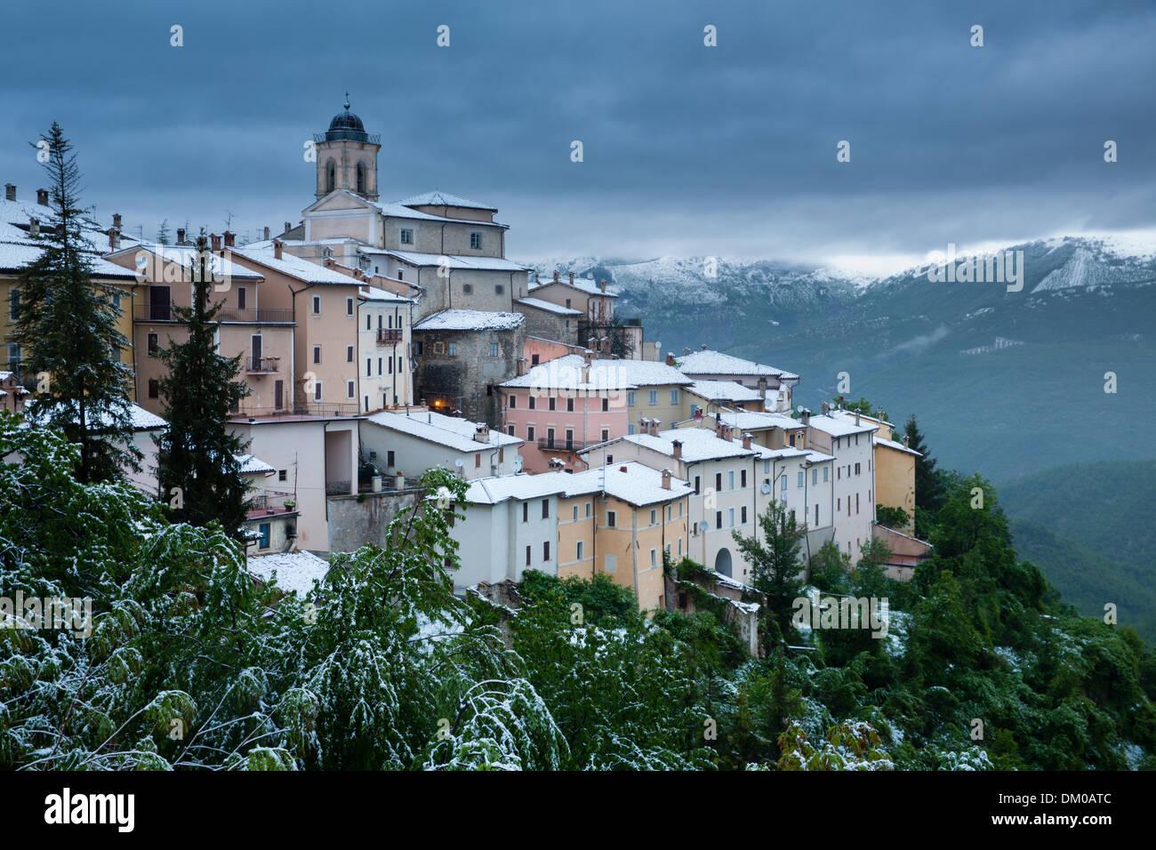 Palazzetto gentilizio Abeto nella neve verso la fine di maggio, Valnerina, Umbria, Italia Immagini Stock