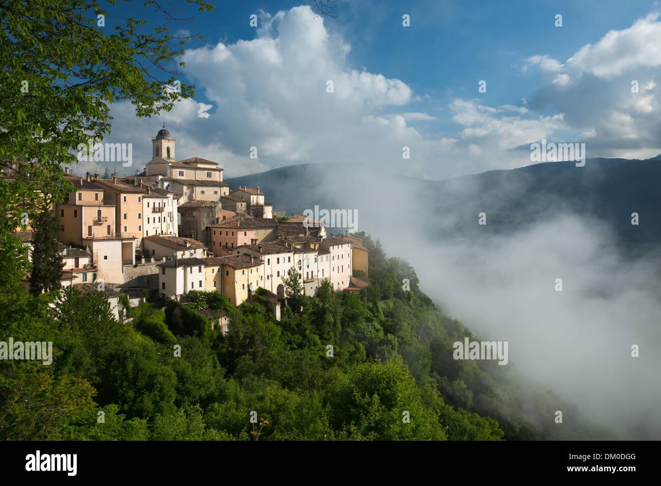 Palazzetto gentilizio Abeto nella foschia sopra la Valnerina, Umbria, Italia Immagini Stock