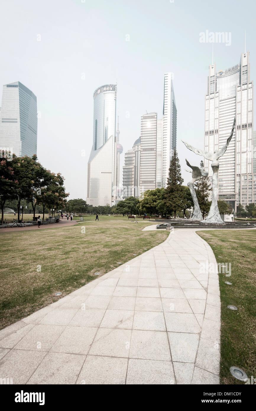 Sculture e grattacieli, Lujiazui Green Park,, Lujiazui Pudong, Shanghai, Cina Immagini Stock