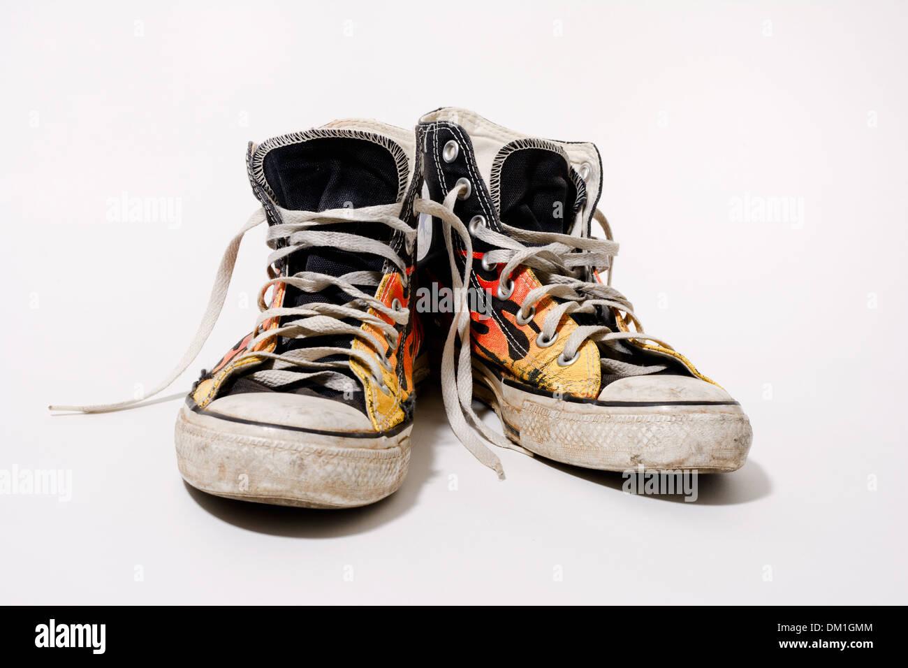 Logoro e sporco Converse All Star scarpe isolati su sfondo bianco Immagini  Stock 4581560c336