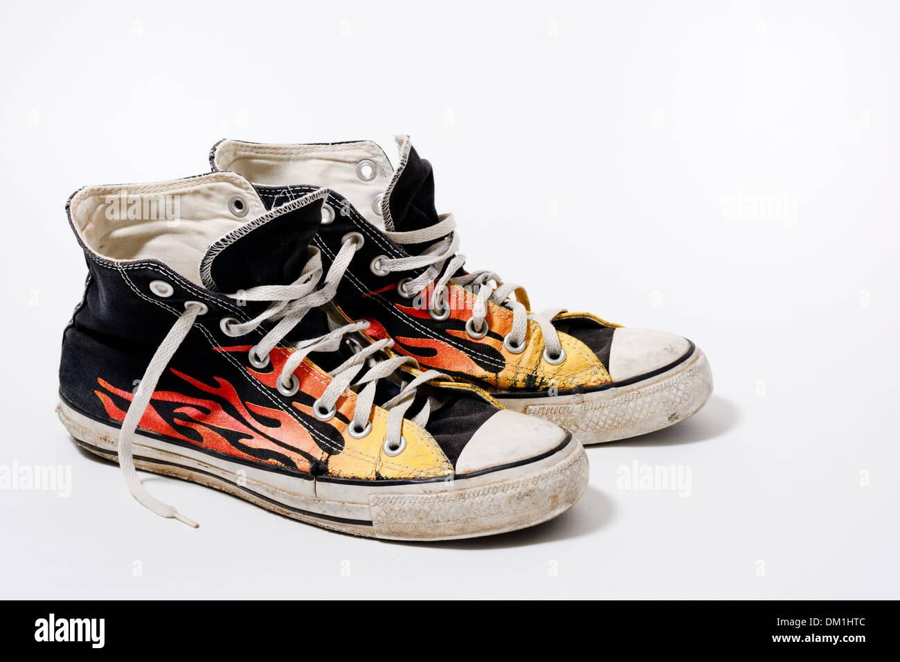 Logoro e sporco Converse All Star scarpe isolati su sfondo
