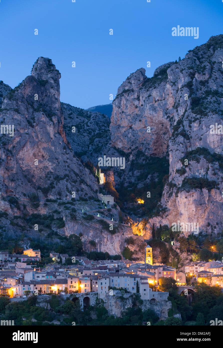 Moustiers-Sainte-Marie al crepuscolo, Alpes-de-Haute-Provence, Francia Immagini Stock