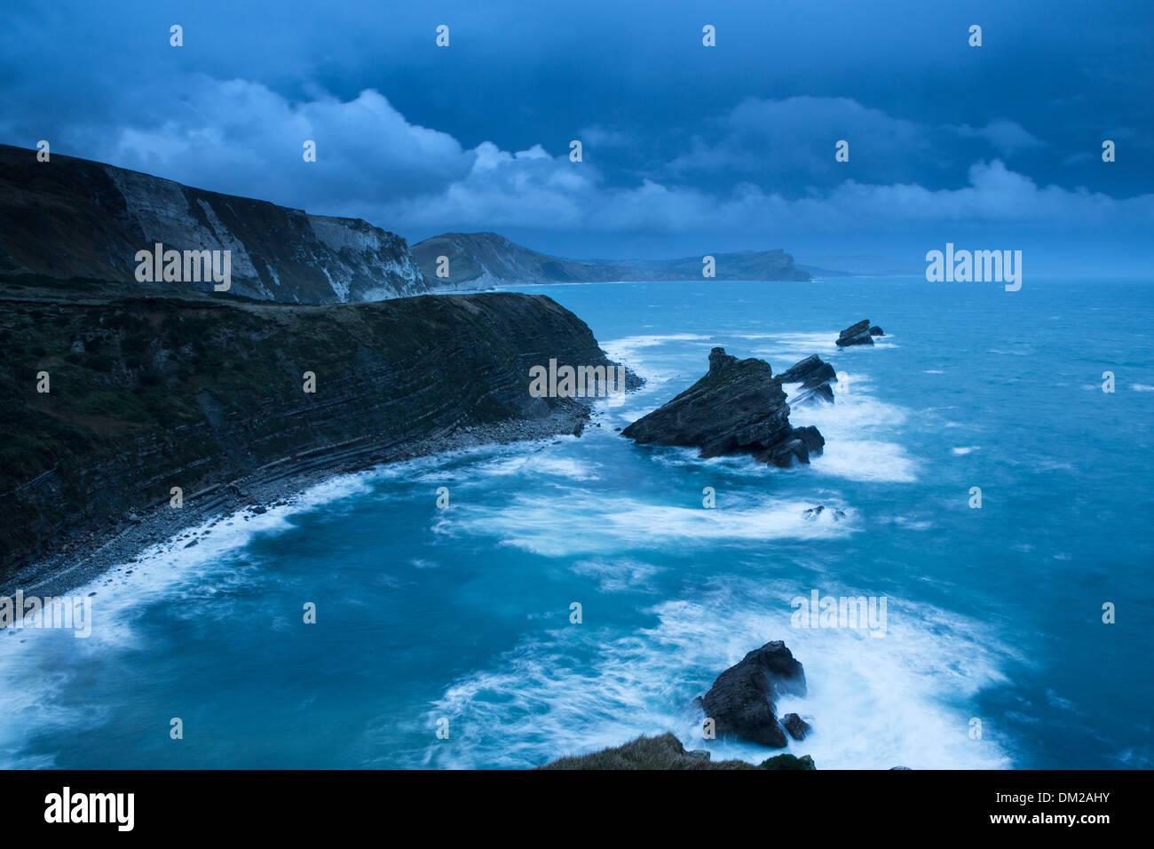 Mupe Bay all'alba su una ruvida inverno mattina, Jurassic Coast, Dorset, Inghilterra Immagini Stock