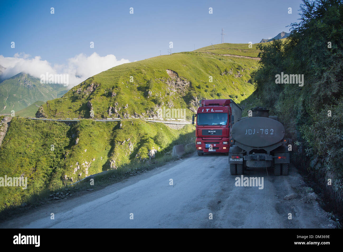 Canyon Aragvi Gudauri Caucaso pericoloso Georgia Caucaso Eurasia mattina montagne gamma stradale il traffico della valle i carrelli passano su strada Immagini Stock