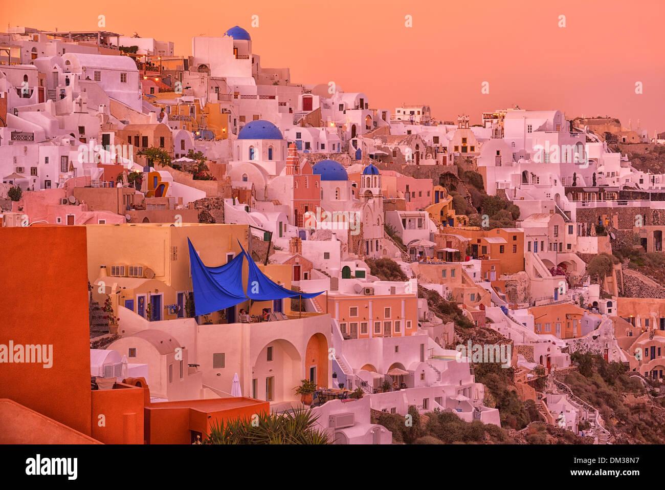 Grecia Europa Santorini Thira Oia Cicladi isola crepuscolo destinazione di viaggio architettura romantica città glow caldera vulcanica di Immagini Stock